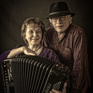 Hanuristi, pianisti Merja Ikkelä miehensä, runoilija Ilpo Tiihosen kanssa.
