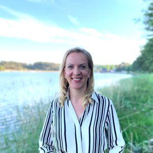 Sandra Bergqvist framför havet.