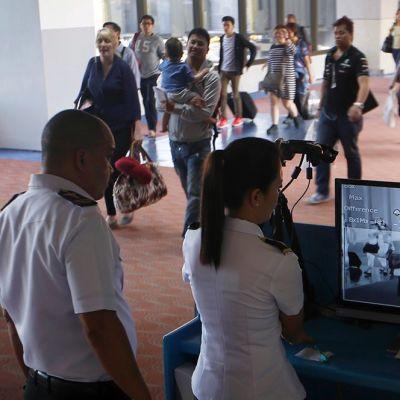 Filippiiniläiset terveysviranomaiset tarkkailevat Arabiemiirikunnista saapuvia matkustajia lämpökameran kautta Ninoy Aquinon kansainvälisellä lentoasemalla Filippiineillä 17. huhtikuuta 2014.