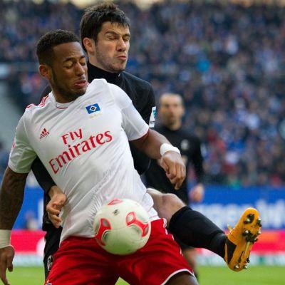 HSV:n Dennis Aogo kamppailee pallosta Freiburgin Mensur Mujdzaa vastaan.