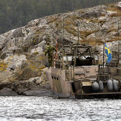 Puolustusvoimat jatkoivat etsintöjä Tukholman saaristossa maanantaina.