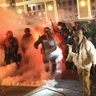 Fergusonin poliisilaitos oli yöllisten protestien keskiössä.