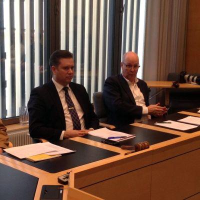 Lappeenrannan kaupunginjohtaja Kimmo Jarva (keskellä) on Ikean tuloon erittäin tyytväinen.
