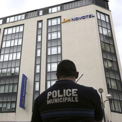 Poliisi Novotel-hotellin edessä