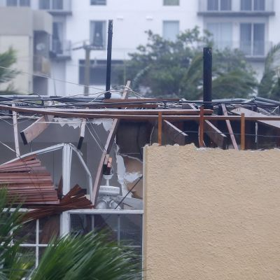 Kuvassa talo, jonka katto on rikkoutunut hurrikaanissa.