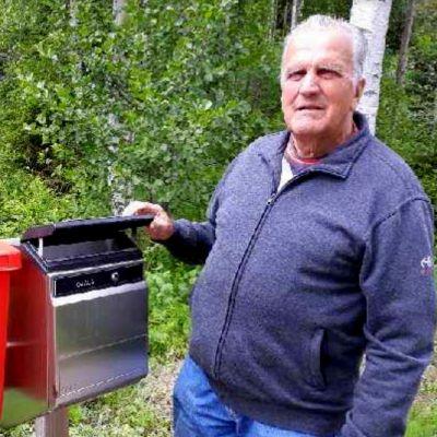 Mustjärveläinen Esko Ojala postilaatikkonsa edessä.