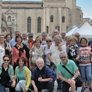 Turistguiden Sara Giorgi tillsammans med turister på torget i Piceno där många filmer har spelats in under åren.
