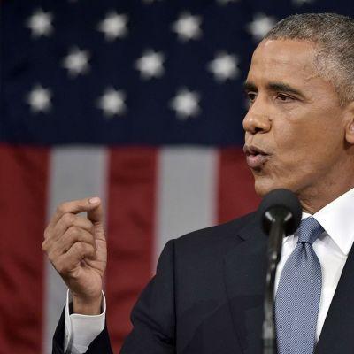 Barack Obama pitää puhettaan Yhdysvaltain tähtilipun edessä 20. tammikuuta.