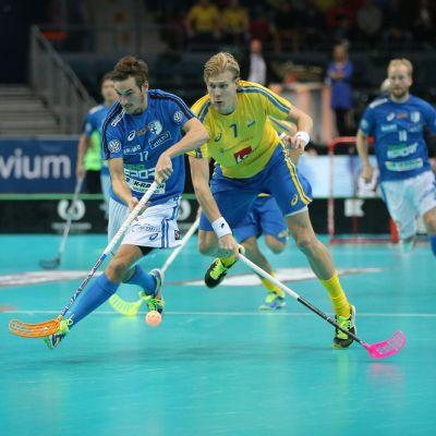 Janne Lamminen ja Kim Nilsson kamppailevat pallosta.