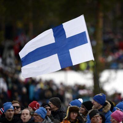 Suomen lippu Lugnetin ladun varressa.