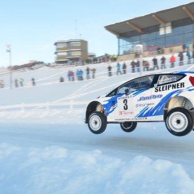 Janne Tuohinon auto ilmassa rallin SM-kisoissa.