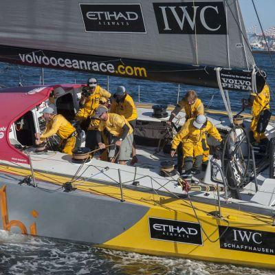 Abu Dhabi Ocean Race -venekunta juhli avausosuuden voittoa.