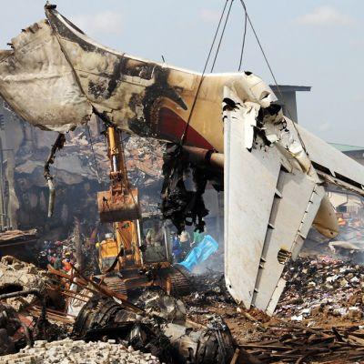 Dana Airin koneen hylyn osaa nostetaan asuinalueen raunioista.