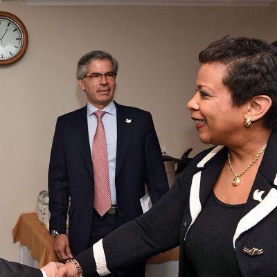 Kolumbian presidentti  Juan Manuel Santos (vas.) ja Loretta Lynch kättelivät Kolumbian Bogotassa 15 lokakuuta.
