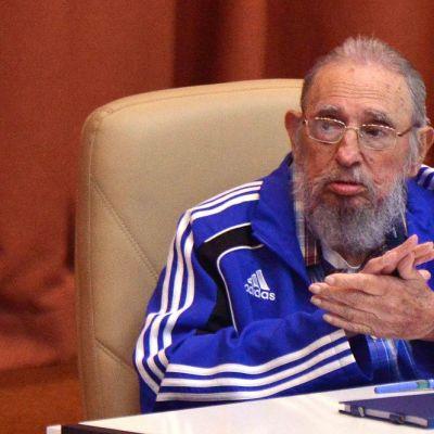 Fidel Castro pitää puhetta siniseen verkkatakkiin pukeutuneena.