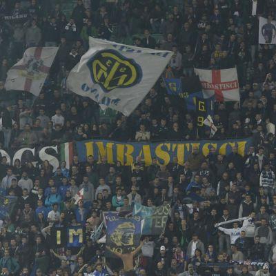 Interin kannattajia Giuseppe Meazza -stadionin katsomossa.