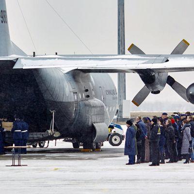 Kuuden vainajan jäännökset siirrettiin Itä-Ukrainasta Hollantiin.