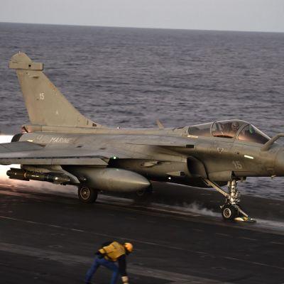 rafale-hävittäjä lentotukialuksen kannella.