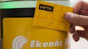 En gul mackliknande stolpe där man kan ladda elbilar, ett betalningskort.