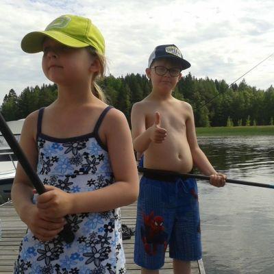 Lapset kalastavat laiturilla.