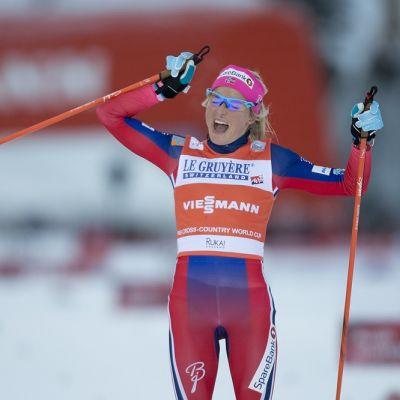 Therese Johaug tuulettaa voittoa.