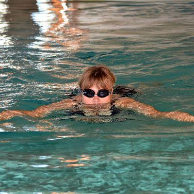 Nainen ui altaassa