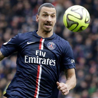 PSG:n Zlatan Ibrahimovic pallon perässä.
