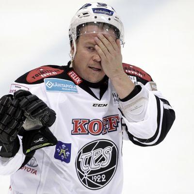 TPS:n Petteri Nummelin pitelee kasvojaan.