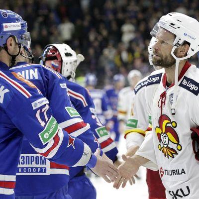 Jere Karalahti kättelee Ilja Kovaltshukia ottelun jälkeen.