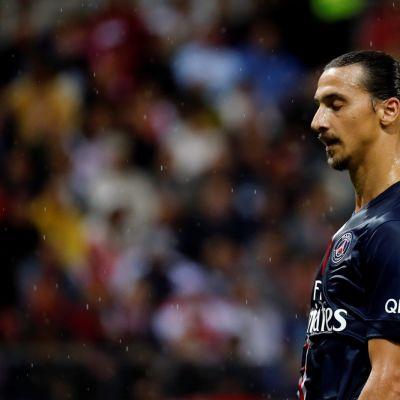 PSG:n Zlatan Ibrahimovic kentällä.