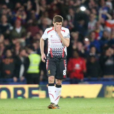 Liverpoolin Steven Gerrard kävelee kentällä.