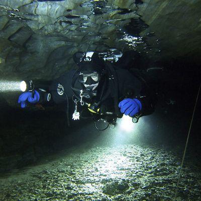 sukeltaja luolassa