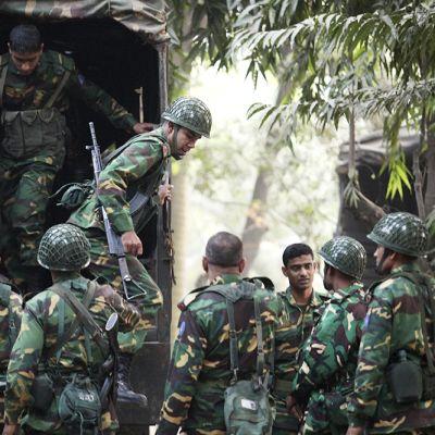 Armeijan joukot saapuivat partioon Azimpur Community Centerin edustalle Dhakassa 26. joulukuuta. Yli 50 000 sotilasta on turvaamassa äänestyksen sujumista odotettujen mellakoiden vuoksi.