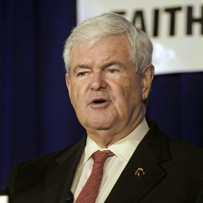 Newt Gingrich näyttää voitonmerkkiä.