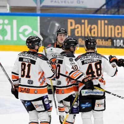 HPK-pelaajia kuvassa
