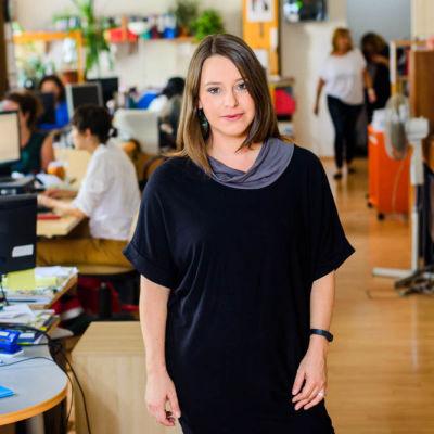 Nuorehko nainen toimistossa