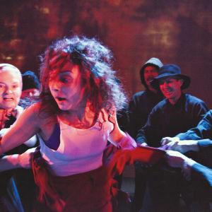 Judith Regwan som Lea i pjäsen Dibbuk