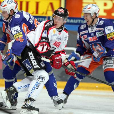 Severi Sillanpää (i mitten) spelar ligafinal mot Tappara i april 2013.
