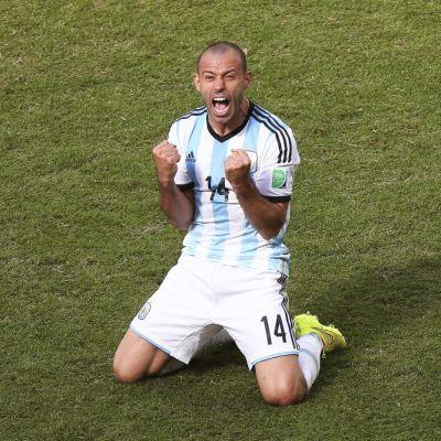 Argentiinan Javier Mascherano tuulettaa maaliaan.
