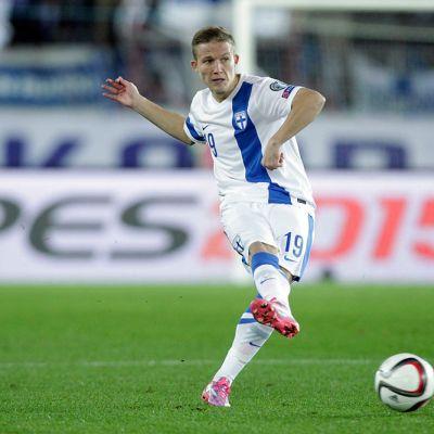 Suomen maajoukkueen Alexander Ring syöttää EM-karsintojen Romania-ottelussa.