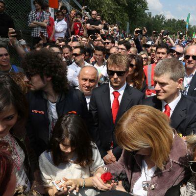Kimi Räikkönen seisoo ihmisjoukossa Ayrton Sennan muistotilaisuudessa.