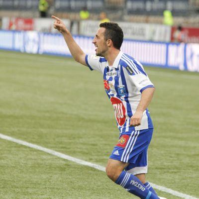 HJK:n Erfan Zeneli tuulettaa maaliaan.