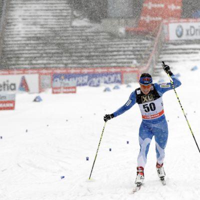Aino-Kaisa Saarinen venyttää maaliin hiihtokilpailussa.