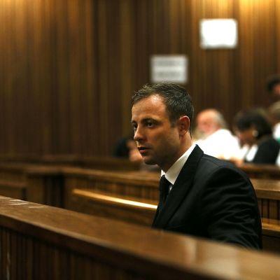 Oscar Pistorius istuu oikeussalissa.