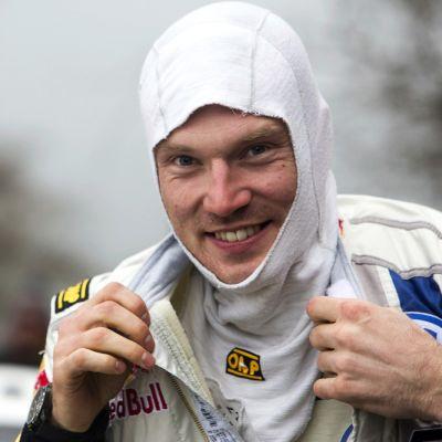 Jari-Matti Latvala poseeraa lähikuvassa.