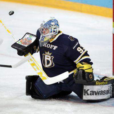 Bluesin maalivahti Jani Nieminen torjuu kilvellään.
