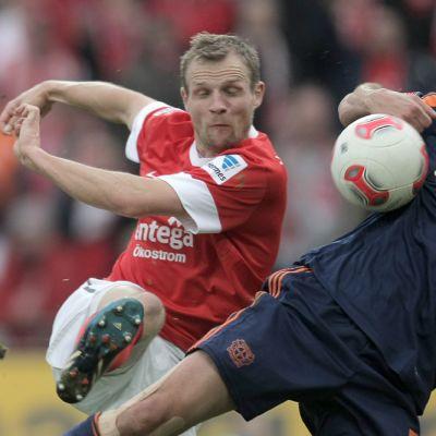 Mainzin Bo Svensson (vas.) ja Bayer Leverkusenin Manuel Friedrich (oik.) pelitilanteessa.