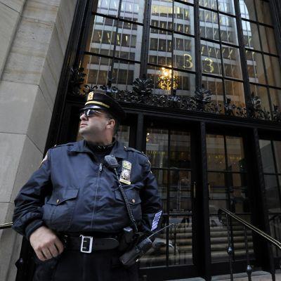 Kaksi poliisia vartiossa New Yorkin keskuspankin edessä.