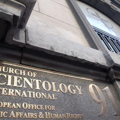 Skientologikirkon kyltti talon seinässä