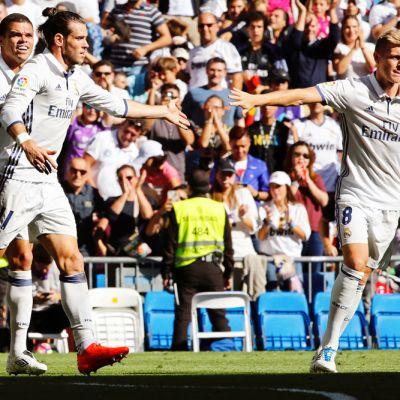 Pepe, Gareth Bale ja Toni Kroos juhlivat maalia.